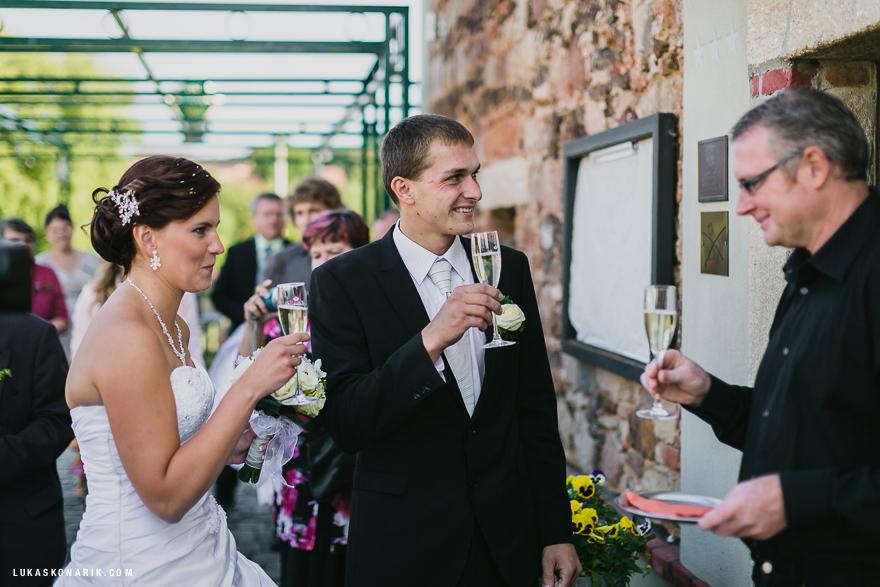 svatební fotografie přípitek