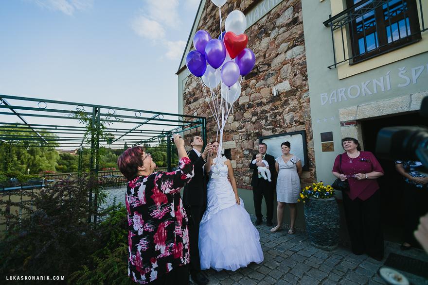 svatební fotografie pouštění balónků