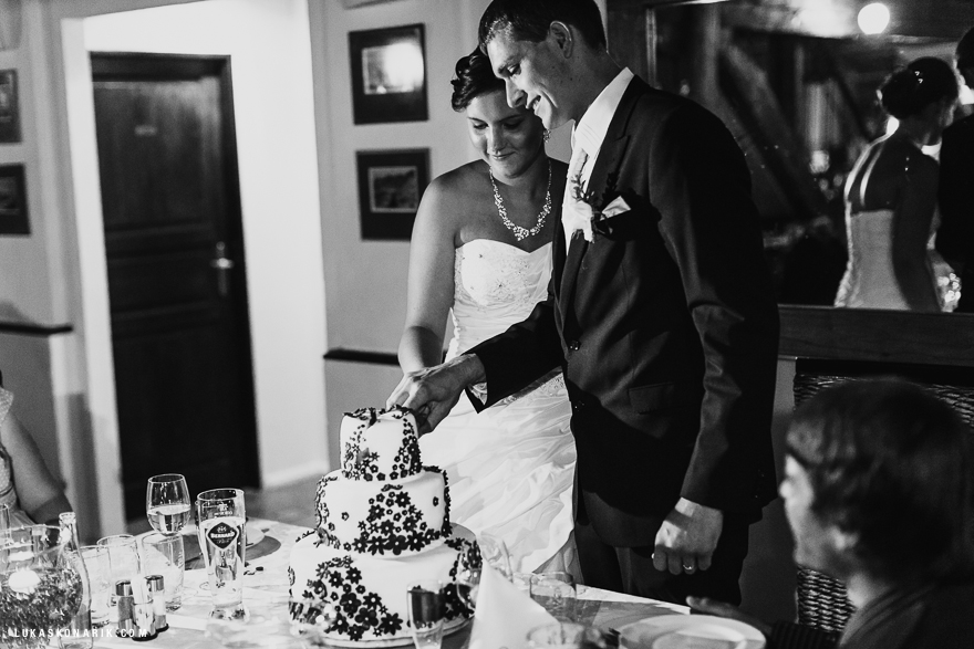 fotografie krájení svatebního dortu