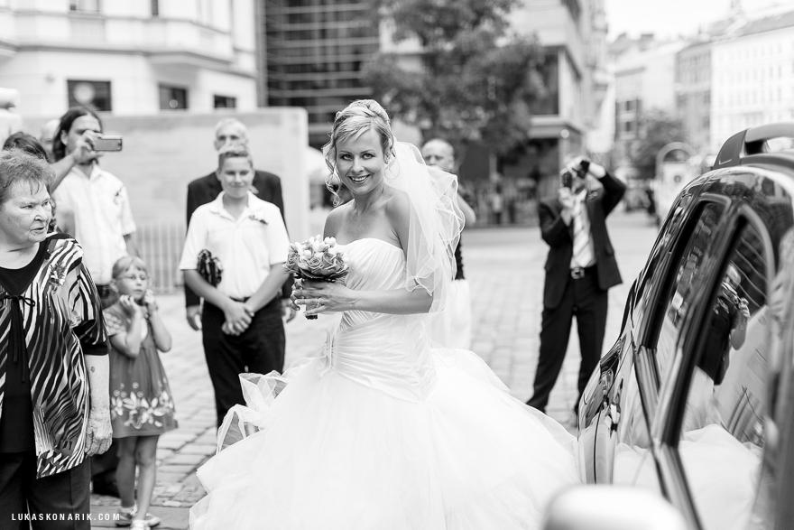 fotografie nevěsty před kostelem sv. Jakuba v Brně