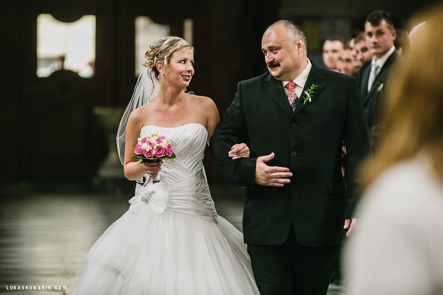 svatební fotografie nevěsty v kostele sv. Jakuba