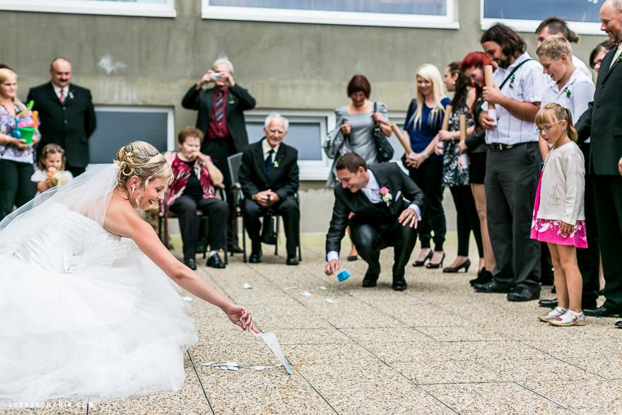 svatební fotografie rozbitý talíř v Brně