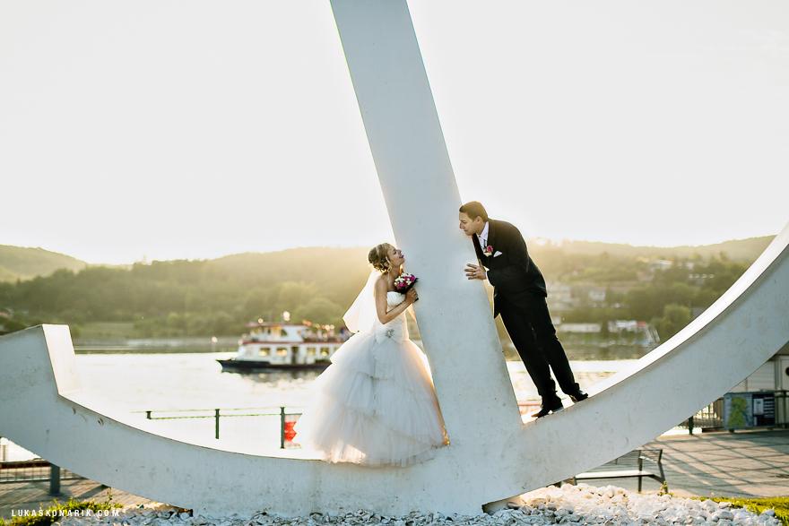 svatební fotografie nevěsty a ženicha u brněnské přehrady