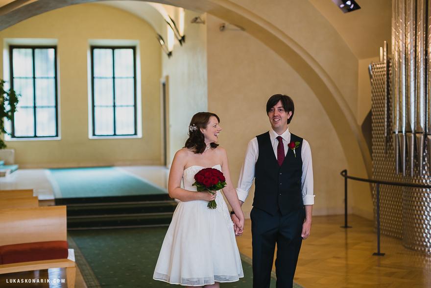svatební fotografie novomanželů ve Staroměstské radnici v Praze