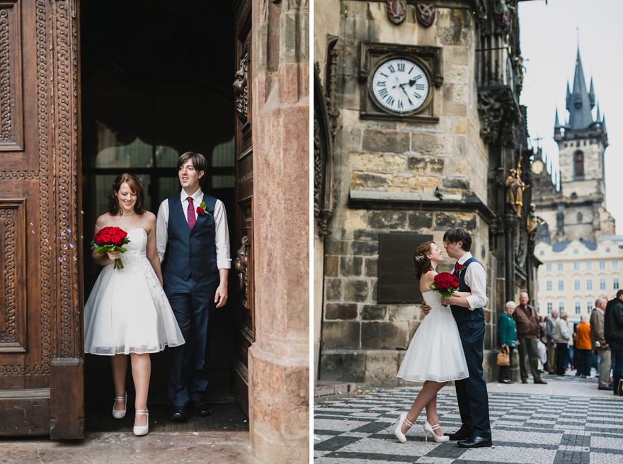 svatební fotografie novomanželů před Staroměstskou radnicí v Praze