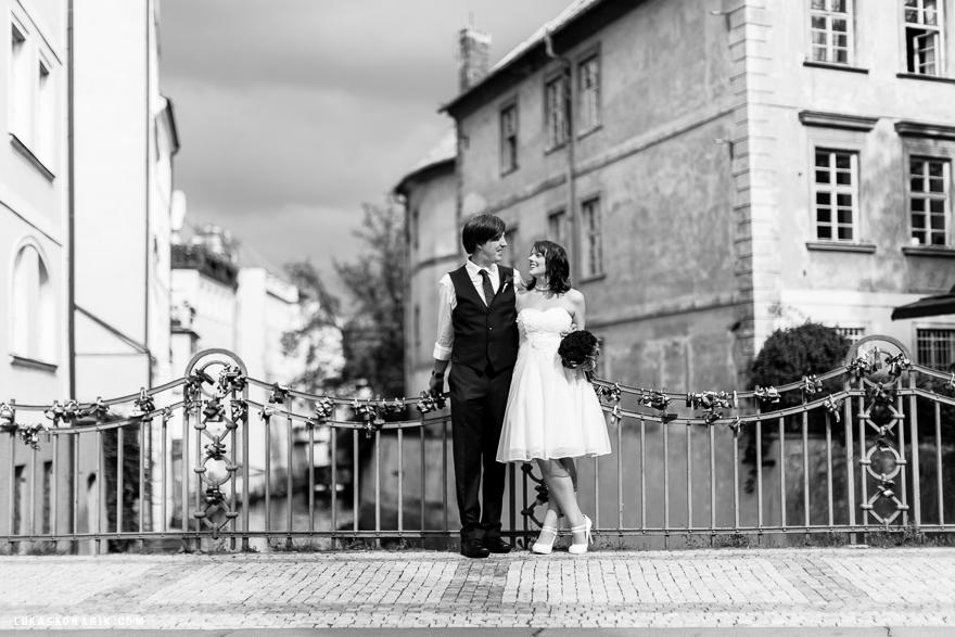 svatební fotografie nevěsty a ženicha v Praze na Kampě