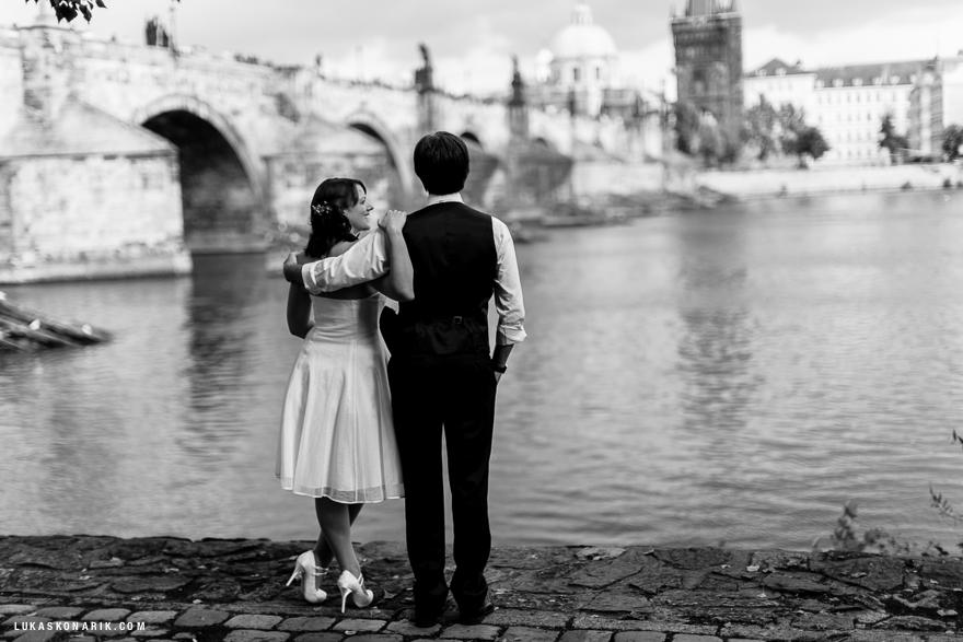 svatební fotografie nevěsty a ženicha u Karlova mostu V Praze