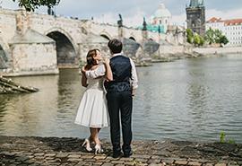 nevěsta a ženich u Karlova mostu v Praze