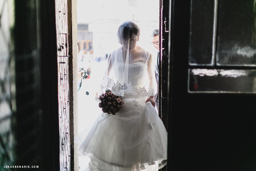 svatební fotografie, nevěsta v kostele sv. Mikuláše