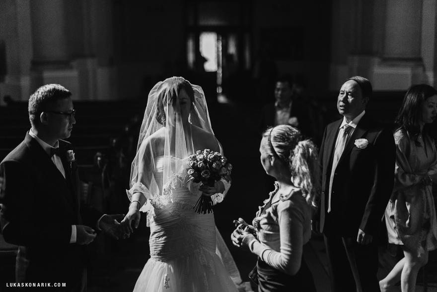 svatební obřad v kostele svatého Mikuláše