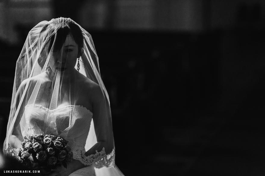 svatbení fotografie nevěsta v kostele sv. Mikuláše