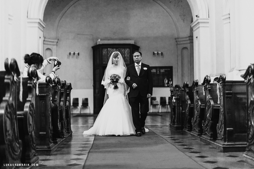svatební fotografie v kostele sv. Mikuláše