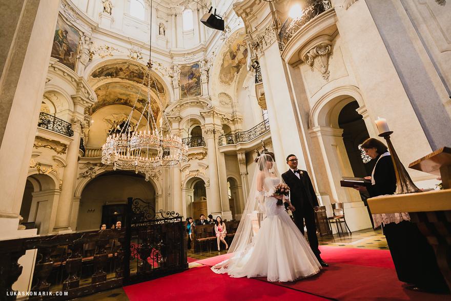 fotografie svatebního obřadu ve sv. Mikuláši v Praze