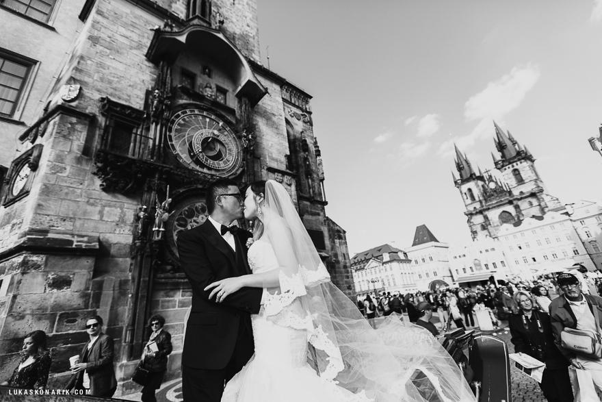 fotografie nvěsty a ženicha na Staroměstském náměsti u Orloje