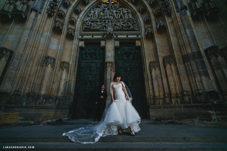 svatební fotografie před chrámem sv. Víta v Praze