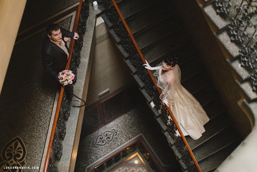 svatební fotografie nevěsty a ženicha na schodišti