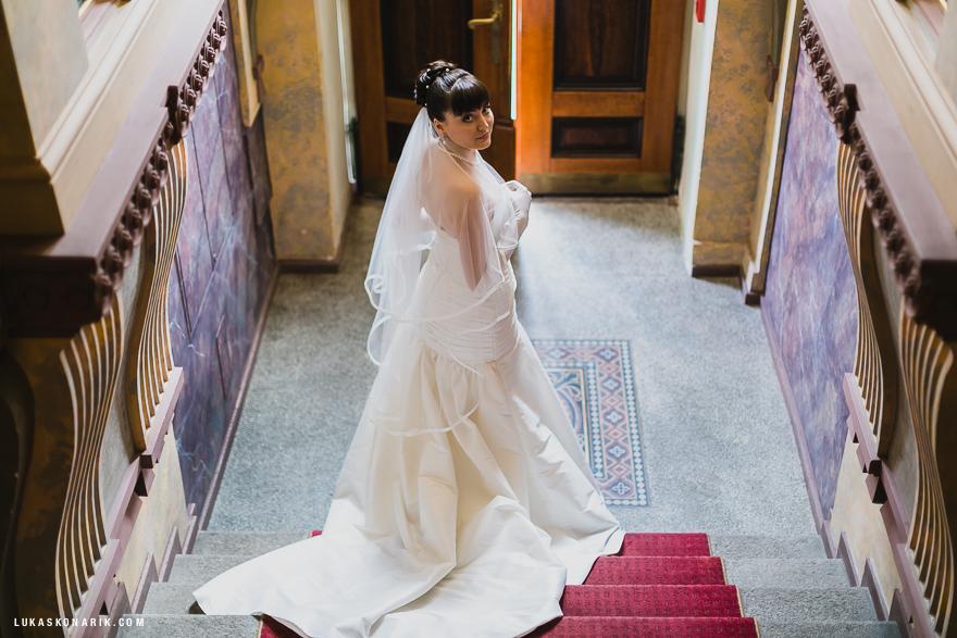 krásná nevěsta před svatbou v Praze