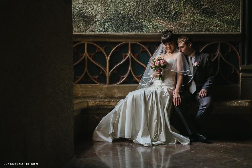 nejhezčí svatební fotografie nevěsty a ženicha ve Staroměstské radnici v Praze