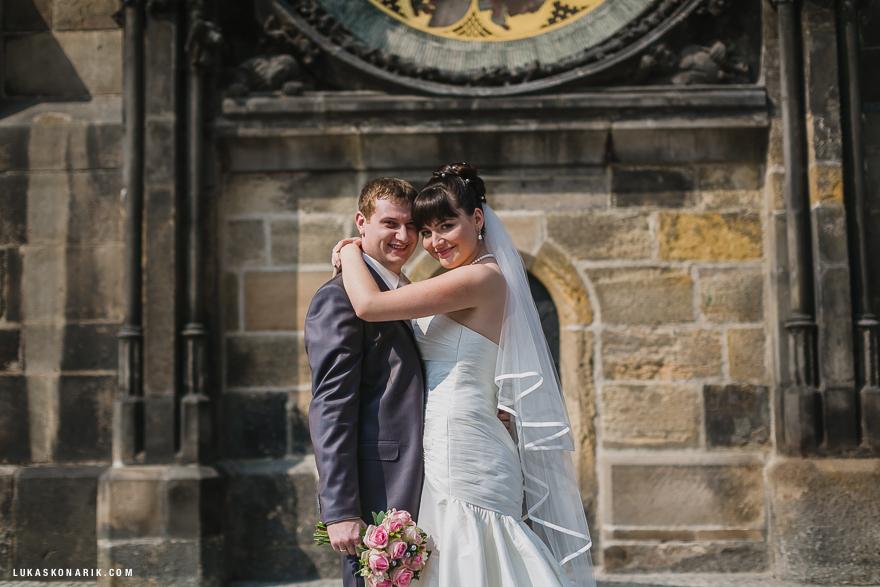 svatba ve Staroměstské radnici v Praze před Orlojem