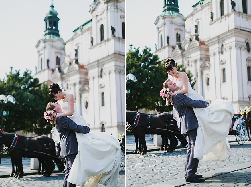 fotografie nevěsty a ženicha před kostelem sv. Mikuláše v Praze