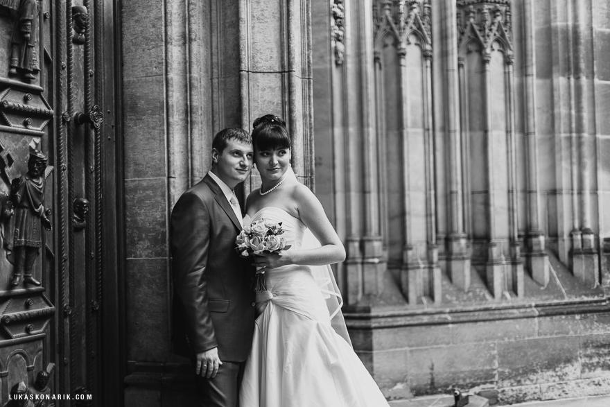 svatební fotografie před chrámem svatého Víta v Praze