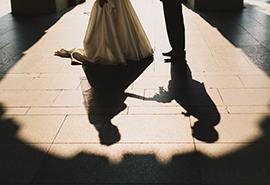 fotografie nevěsty a ženicha v Praze - detail stínu