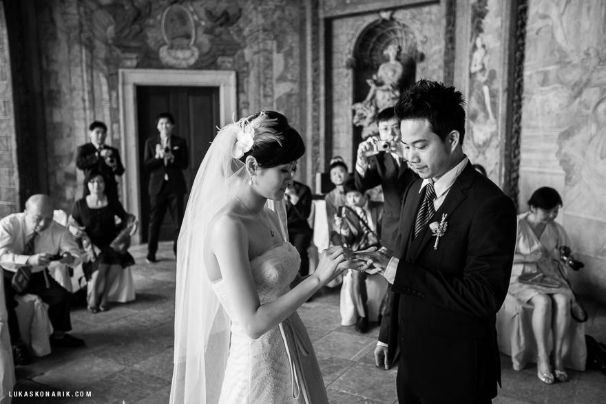 nevěsta a ženich ve Vrtbovksé zahradě v Praze