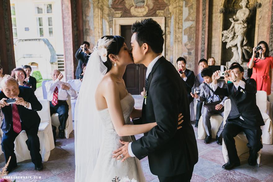 svatební fotografie obřadu ve Vrtbovské zahradě v Praze