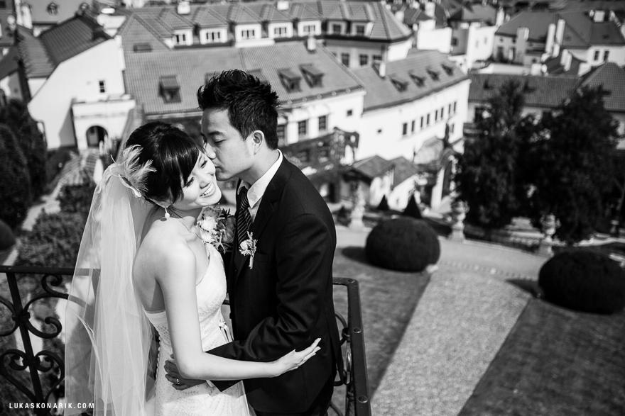 romantická fotografie nevěsty a ženicha