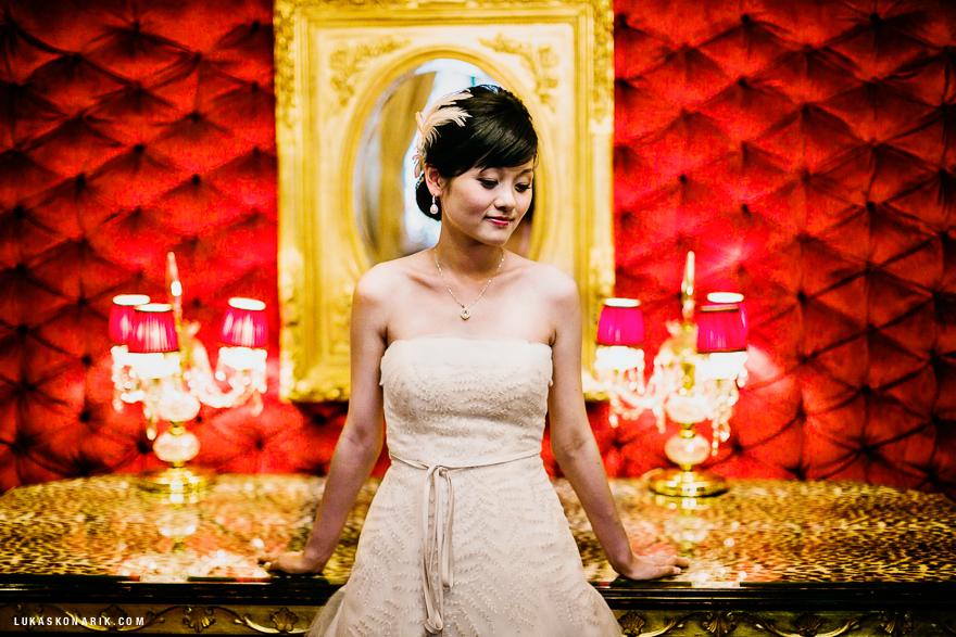 nádherná nevěsta v hotelovém foyer v Praze