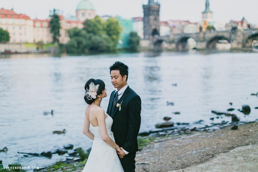 fotografie nevěsty a ženicha u Karlova mostu
