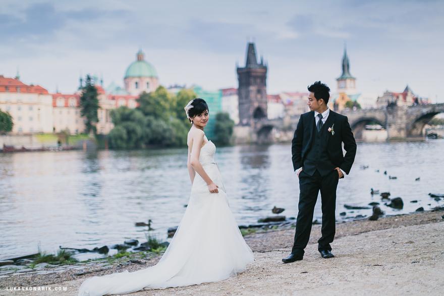 svatba v Praze, fotografie u řeky Vltavy a Karlova mostu