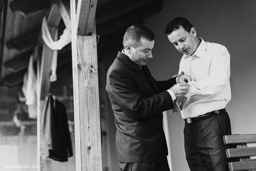 svatební fotografie příprava ženicha