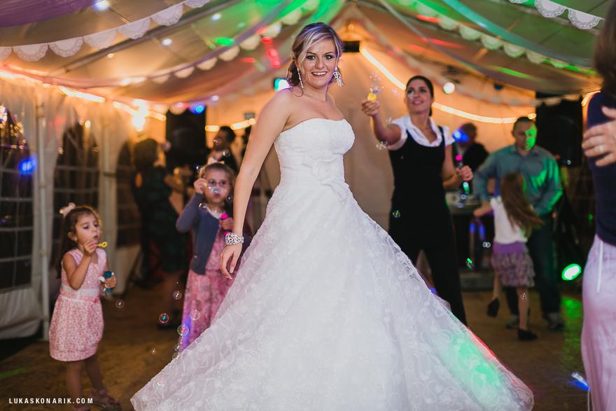svatební fotografie nevěsty v nádherných šatech