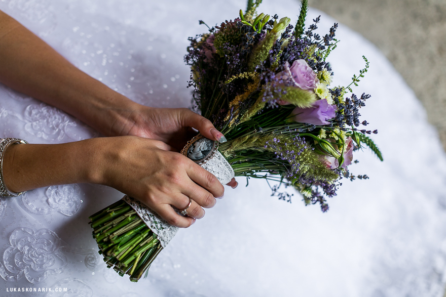 nádherná svatební kytice s levandulí