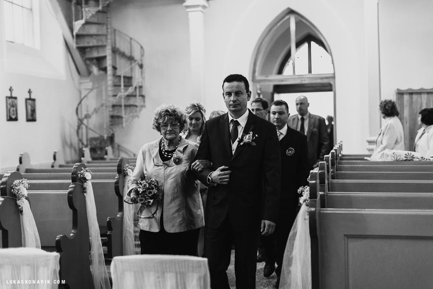 Svatební fotografie ženicha při obřadu ve Slezsku