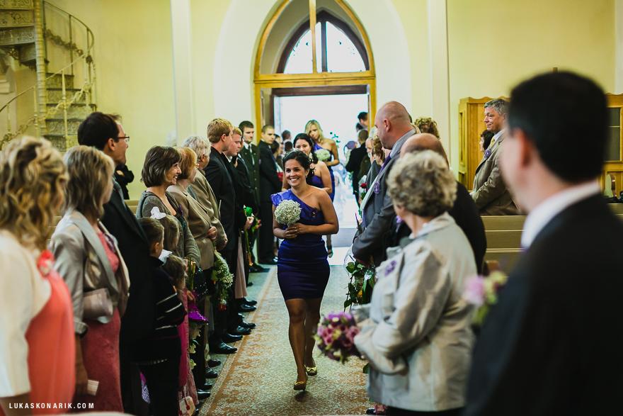 svatební fotografie družiček při obřadu ve Slezsku