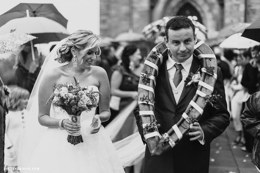 svatební fotografie nevěsty a ženicha v chomoutu
