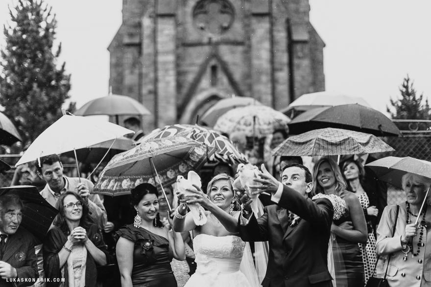 fotografie pouštění svatební holubice