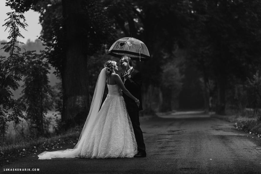 nejlepší svatební fotografie v dešti