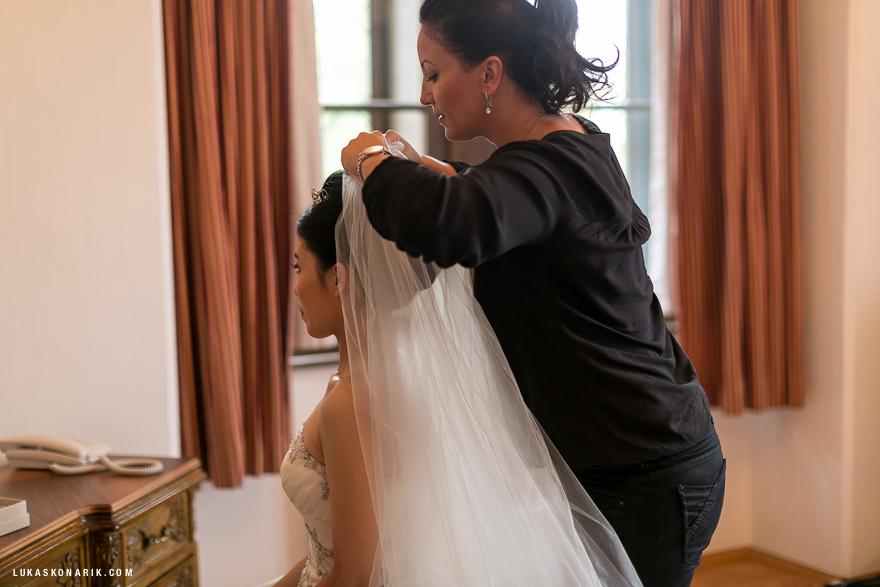 příprava nevěsty na svatbu na zámku Hluboká nad Vltavou
