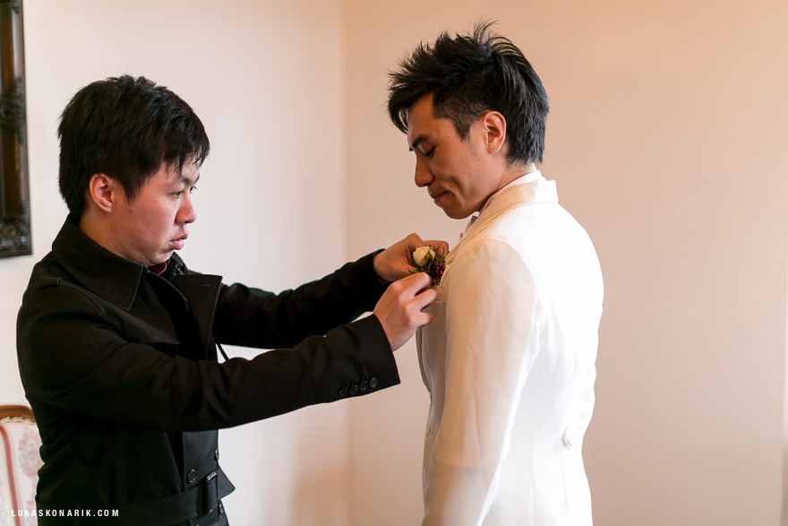příprava ženicha na svatbu na zámku