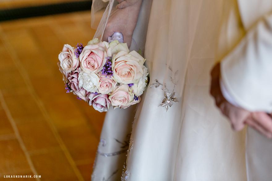 svatební fotografie při obřadu na zámku Hluboká nad Vltavou
