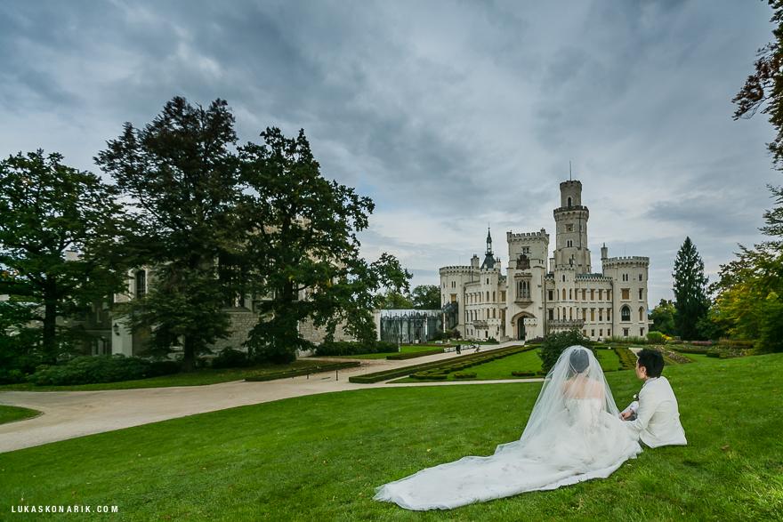 svatební fotografie na zámecké zahradě zámku Hluboká nad Vltavou