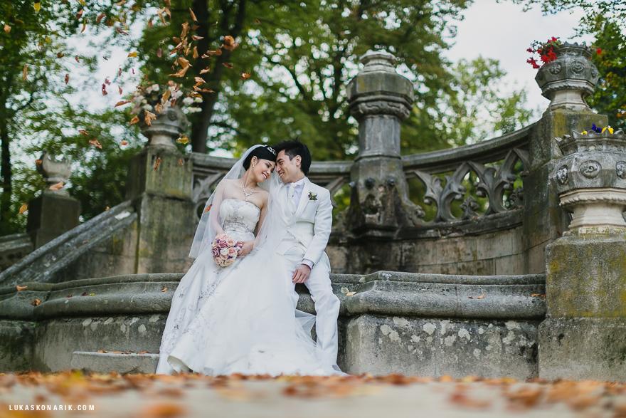 svatební fotografie v zámecké zahradě zámku Hluboká nad Vltavou