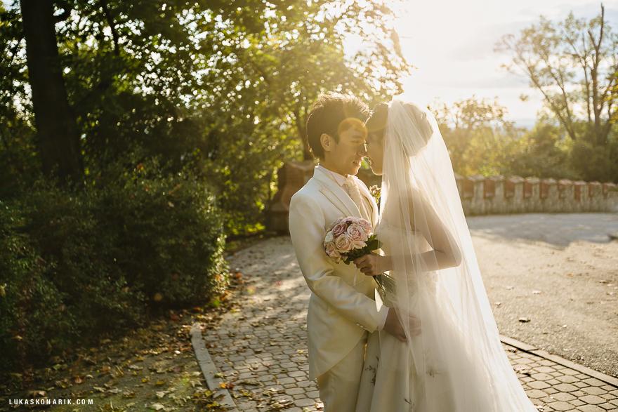nádherná svatební fotografie nevěsty a ženicha při západu slunce na zámku Hluboká nad Vltavou