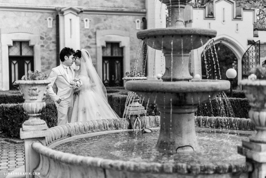 svatební fotografie novomanželů na zámku Hluboká nad Vltavou