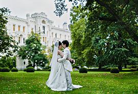 svatební fotografie nevěsty a ženicha v zámecké zahradě zámku Hluboká nad Vltavou