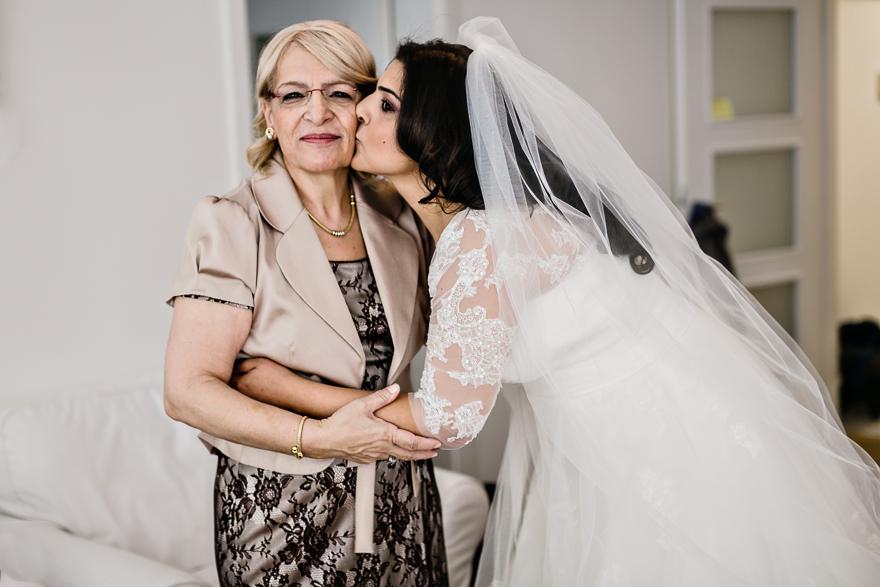svatební fotografie nevěsty a maminky