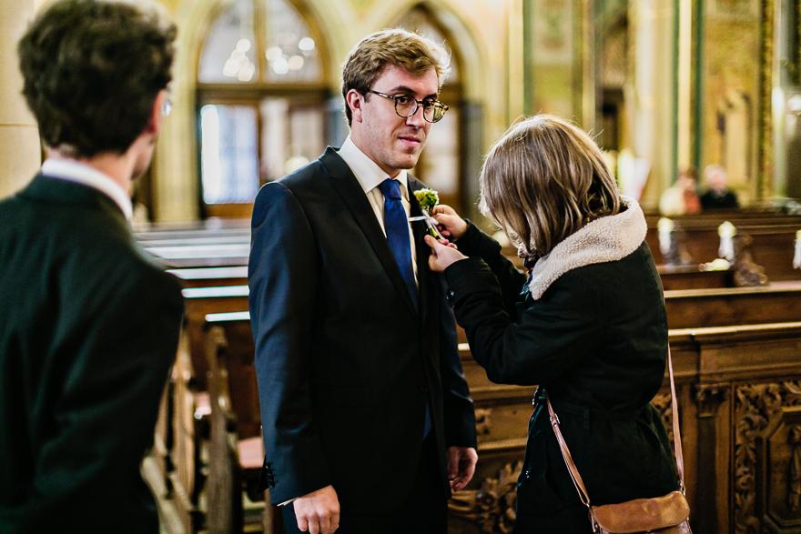 svatební fotografie ženicha v kostele na Vyšehradě v Praze